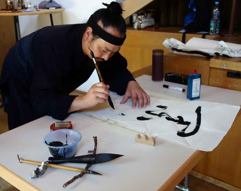 Wer möchte bekommt von Meister Tian eine Kalligraphie